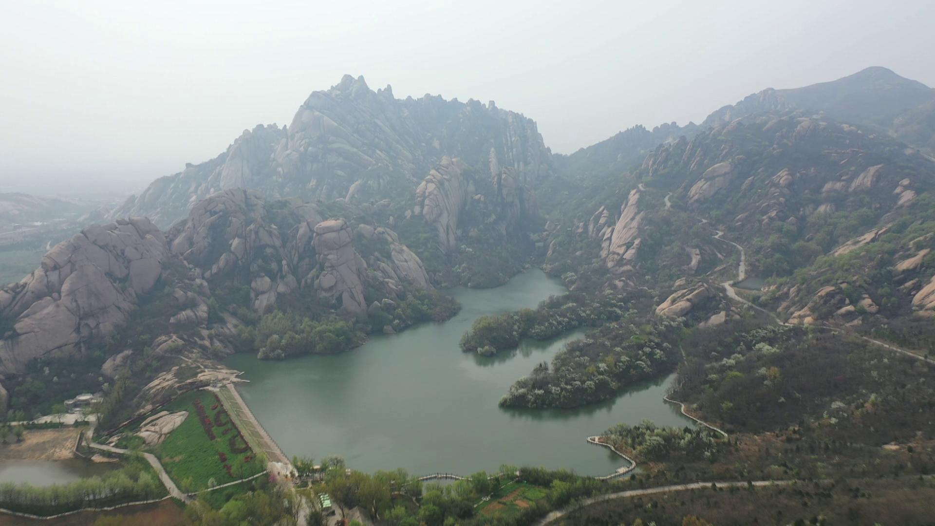 天成(cheng)神韻?)岈(ya)山(shan) 正(zheng)是(shi)春(chun)游(you)好時節